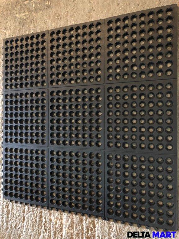 Interlocking drainage mat